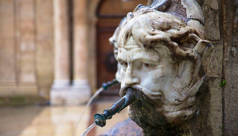 Fontaine_place mairie-Wikimedia-Ddeveze