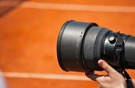 Appareil photo sur un terrain de tennis