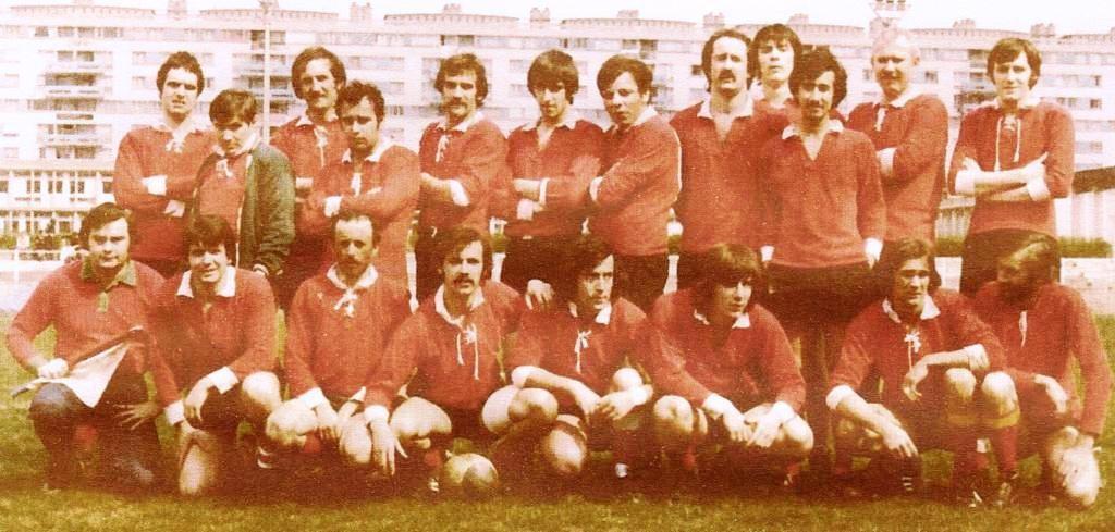 Jean Claude (2ème accroupi en partant de la gauche) et l'équipe de la Caisse des Dépôts dans les années 60…