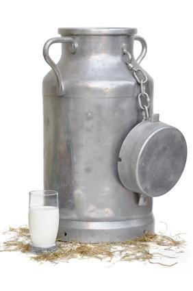 grand bidon et verre de lait