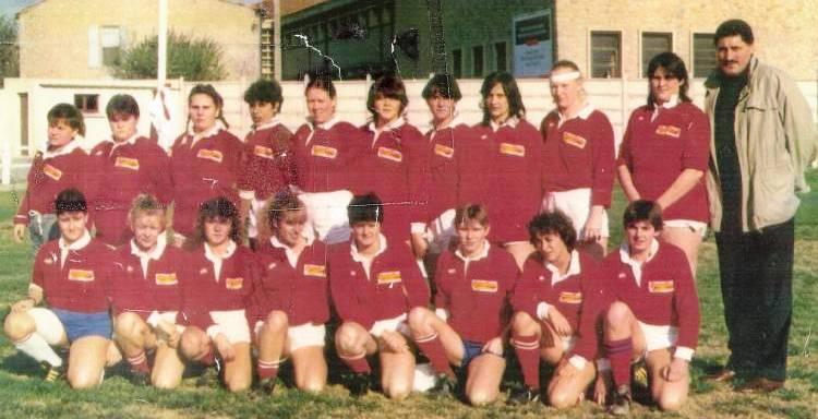 1989 - Les filles du Stade Narbonnais en compagnie de Claude Spanghero… Nathalie est la 4ème joueuse debout en partant de la droite
