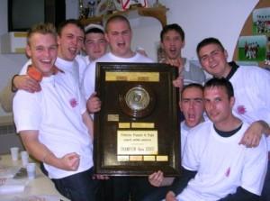 2004 : Romain (tenant le bouclier) avec ses potes, Champions 4ème Série Drôme Ardèche !