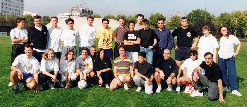 Tournoi foot féminin masculin de L'Equipe organisé et arbitré par Richard en maillot multicolore.