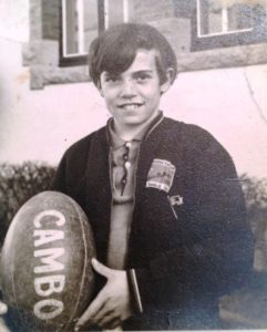 18 - Serge à lécole primaire avec le Ballon et sur le survet sa passion un logo Ping Pong