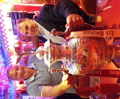 Guy avec Bernard Guash, en compagnie d'une coupe ramenée d'Angleterre… ça vaut de l'or!